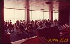 Port lotniczy Paryż-Orly, wnętrze gmachu lotniska, salon dla pasażerów oczekujących na samolot, Francja