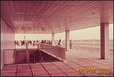 Port lotniczy Paryż-Orly, taras widokowy pierwszego piętra, fragment ze schodami, widok z podcienia, Francja