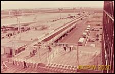 Port lotniczy Paryż-Orly, widok z tarasu widokowego na płytę lotniskową, wejście i wyjście na taras widokowy, Francja