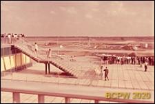 Port lotniczy Paryż-Orly, widok z tarasu widokowego na płytę lotniskową, schody prowadzące na drugie piętro tarasu widokowego, Francja
