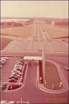 Port lotniczy Paryż-Orly, autostrada w kierunku miasta i fragment parkingu, widok panoramiczny z tarasu widokowego, Francja