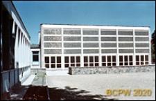 Szkoła ogólnokształcąca, widok zewnętrzny od strony dziedzińca z kamiennym murkiem, Sopot