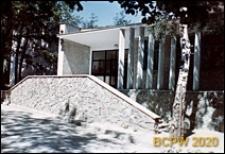 Szkoła ogólnokształcąca w terenie zadrzewionym, widok zewnętrzny od strony wejścia do budynku z kamienną balustradą i schodami, Sopot