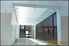 Szkoła ogólnokształcąca, hall, wnętrze ze schodami i szatnią, Sopot