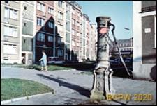 Stare Miasto, ulica Grodzka, pompa wodna obok pięciokondygnacyjnego budynku, Szczecin