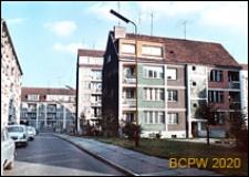 Stare Miasto, centrum, nowa zabudowa mieszkaniowa, widok od strony chodnika i ulicy z zaparkowanymi samochodami osobowymi, Szczecin