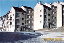 Stare Miasto, widok nowych budynków mieszkalnych od strony wybrukowanej ulicy, Szczecin