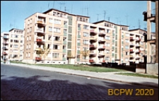 Śródmieście, pięciokondygnacyjne budynki mieszkalne, widok od strony wybrukowanej ulicy i wnętrza podwórka, Szczecin