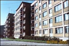 Śródmieście, osiedle mieszkaniowe w centrum, pięciokondygnacyjne budynki mieszkalne, widok od strony chodnika, Szczecin