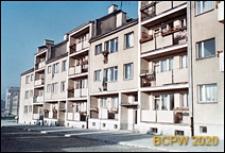 Śródmieście, szeregowe bloki z ukwieconymi balkonami, Szczecin