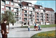 Plac Orła Białego, widok pięciokondygnacyjnych budynków z poddaszem i częścią usługową na parterze, Szczecin