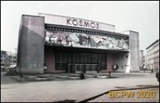 Kino Kosmos przy Alei Wojska Polskiego, widok ogólny zewnętrzny z mozaiką nad przeszklonym wejściem głównym, Szczecin